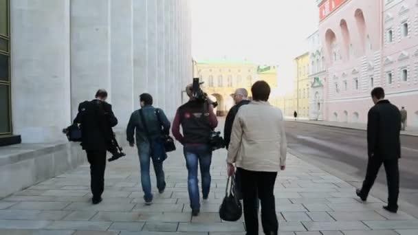 Reporter und Operatoren mit Kameras