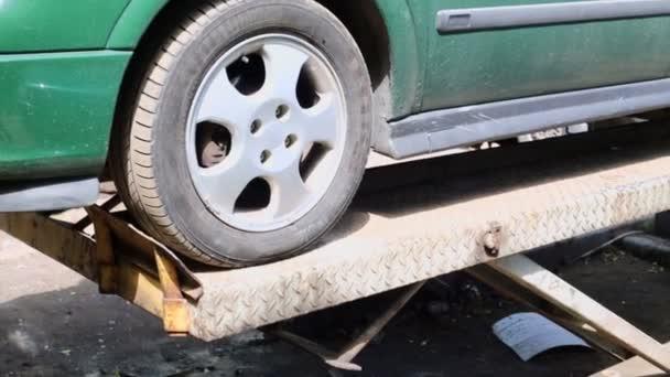 Auto stojí na zvedání stroj