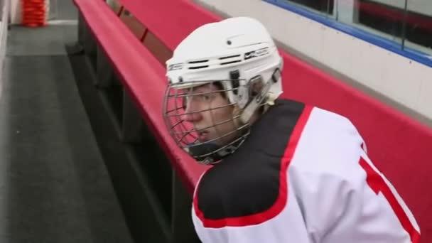 Jégkorong játékos ül a padon
