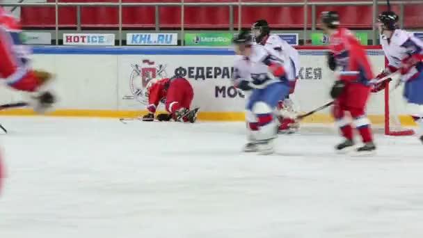 Hokejové týmy hrají během zápasu