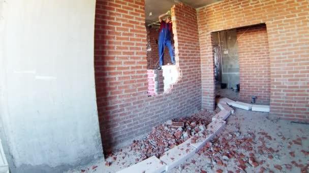Dělník, demontáž cihlová zeď s sbíječka