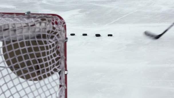 Hokejista zastřelí několik puků