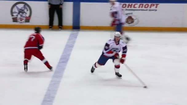 Hokejový puk projde hráči