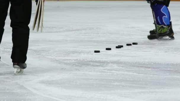 Hokejista vyvolá několik puků