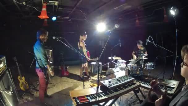 Členové kapely zkoušet píseň ve studiu
