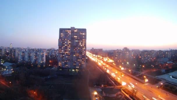 Letecký pohled na město s osvětleným dálnice