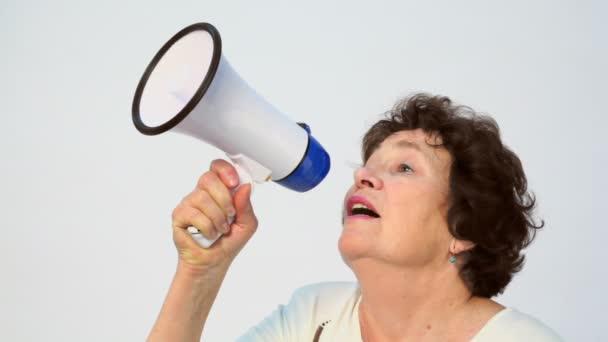 Stará žena mluví v megafon
