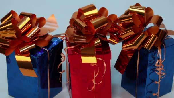 Tři červené a modré dárkové krabičky