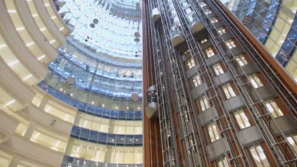 Výtahy jezdit v několikapatrové budově
