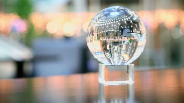 Průhledná koule ukazuje zpětného pohledu