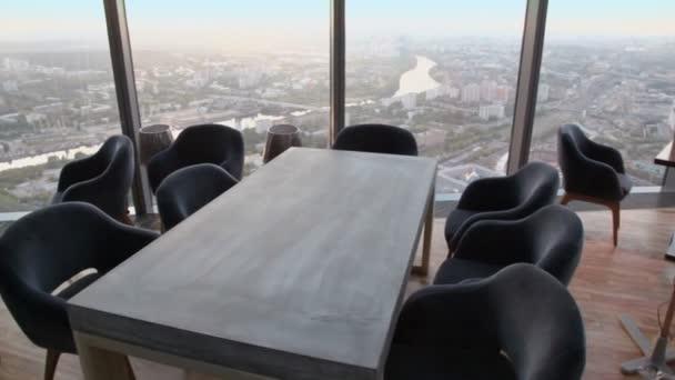 Židle u stolu s notebookem u okna