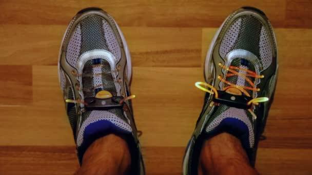Nohy ve sportovní obuv s blikající tkaničky
