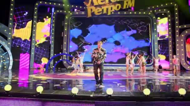 uri shatunov mit Kindern auf der Bühne