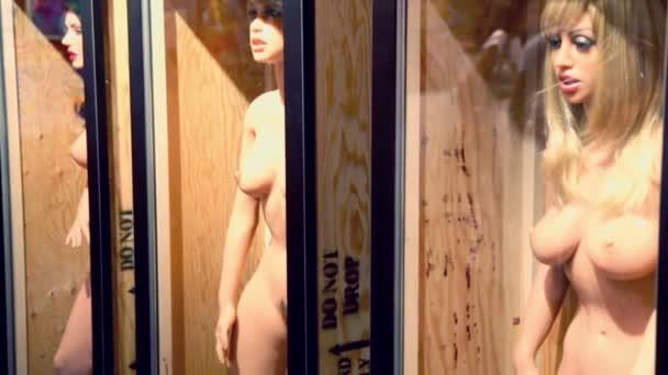 Několik panenek v podobě nahé ženy