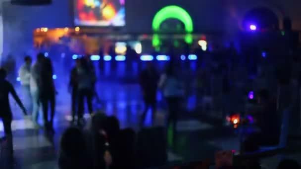 Lidé tancují na párty v nočním klubu