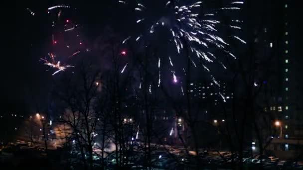 Ohňostroj explodovat nad street s auty