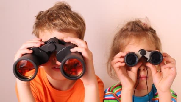 Fiú és lány belenéz a távcső