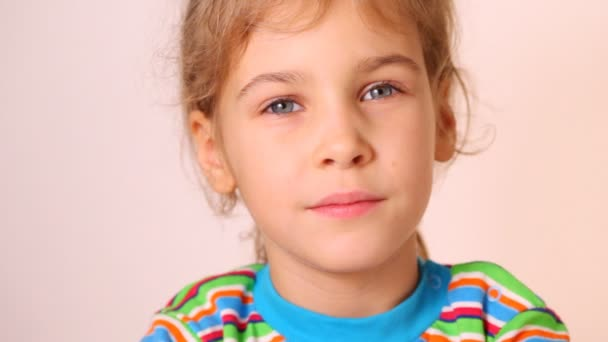 Roztomilá holčička při pohledu na fotoaparát