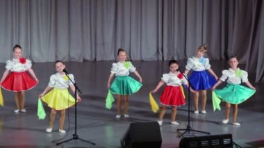 Фото видео танцующих девушек св перьях