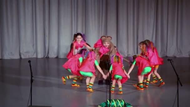 Holky tanec kolem učitelka v kostýmu