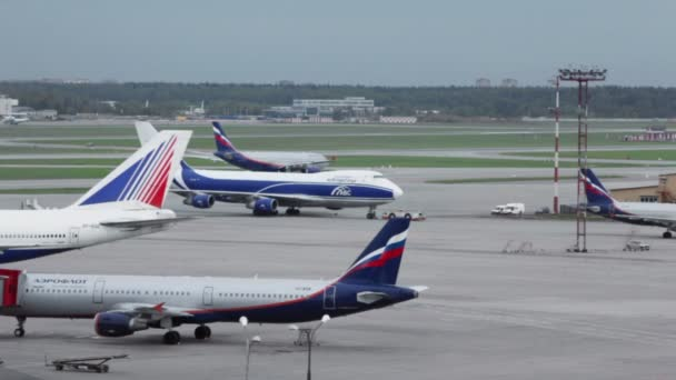Cestující letadla a servisní auta
