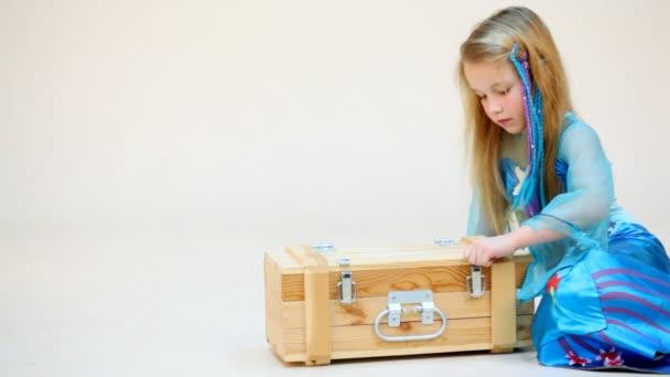 Kis lány megnyitása doboz