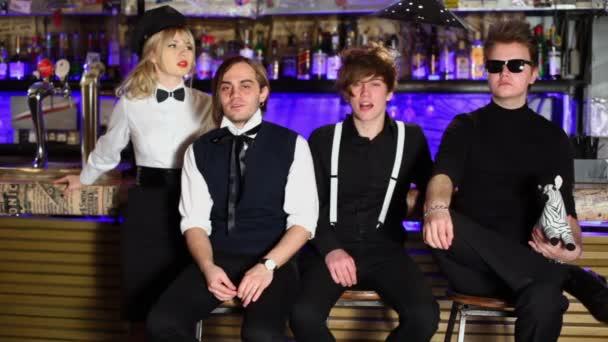 Čtyři mladí členové rockové skupiny