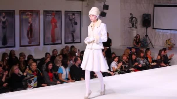 Modely ukazují šaty na charitativní show