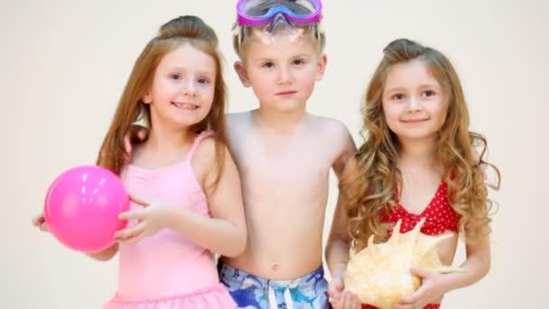 Malý chlapec vytěžený dvě dívky