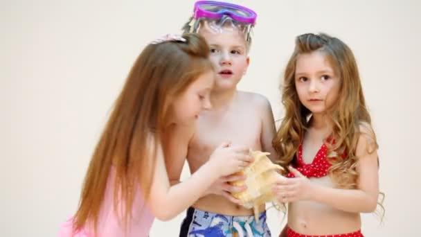 Tři děti se mušle