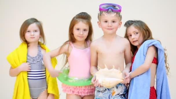 Čtyři děti v plavkách