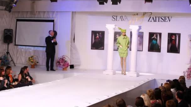 Modely ukazují, šaty