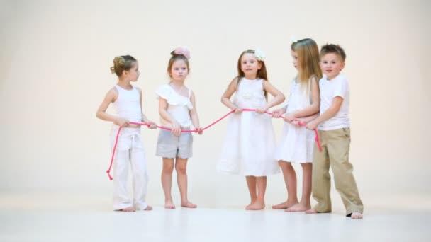 Pět roztomilé děti baví