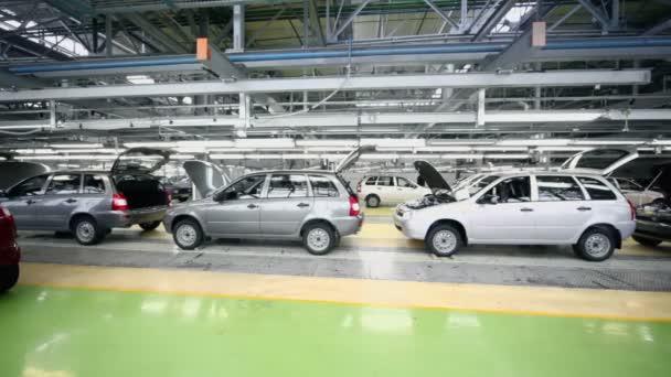 Automobily Lada Kalina na dopravníku