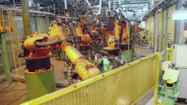 Roboty sváří komponentech