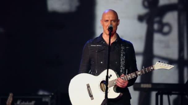 Denis Maidanov s kytara zpívá