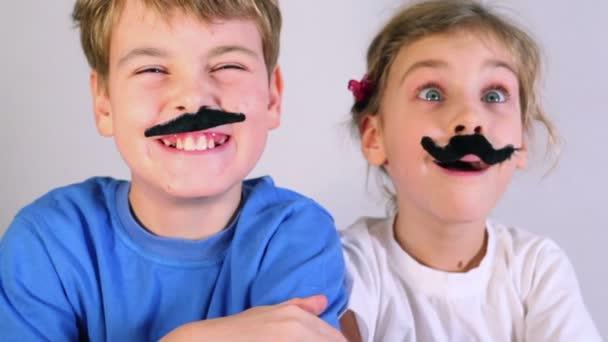 Dvě děti s falešný knír