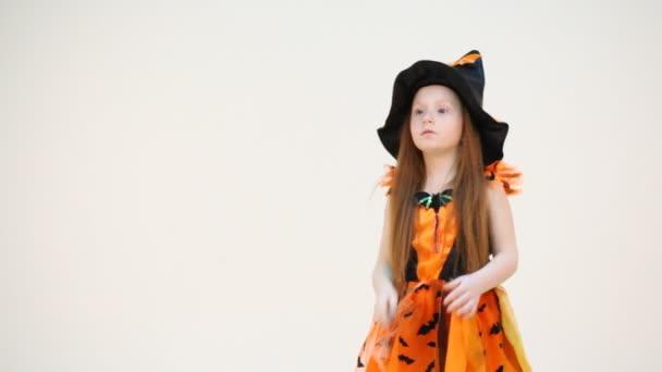 malá holčička v čarodějnice kostým