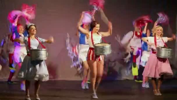 Schauspieler singen und tanzen bei Musical