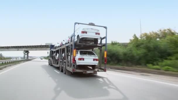 Dopravce přepravuje několik aut