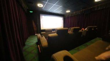 мягкие диваны и проектор в кино стоковый видеоролик Pahal 69838767