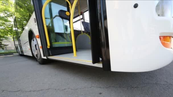 Moderní autobus otevírat a zavírat dveře