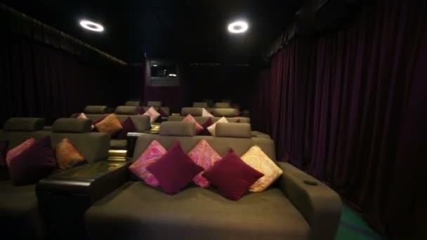 мягкие диваны с проектором в кино стоковый видеоролик Pahal