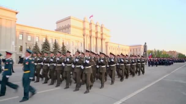 Vojáků s puškami pochodovat v průvodu