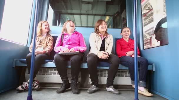Vier Mädchen sitzen im Zug