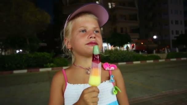 Malá holčička v noci jíst nanuky