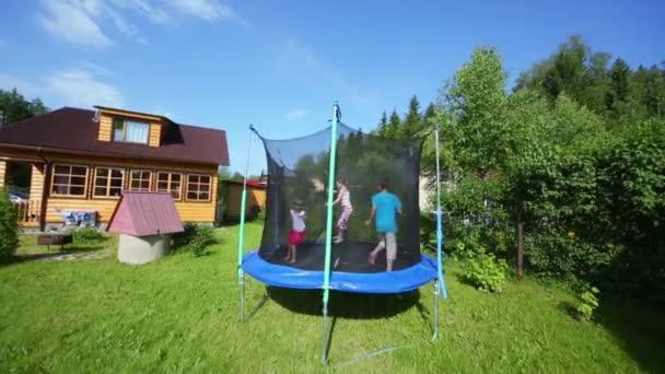 Tři děti skákat na trampolíně