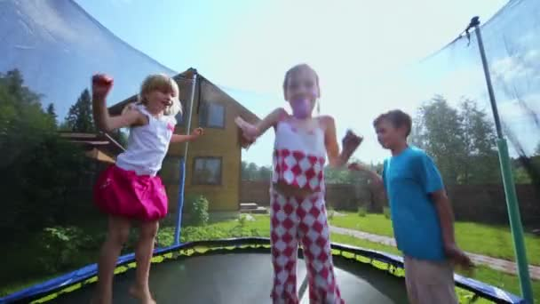 Chlapec s holčičky skok na trampolíně