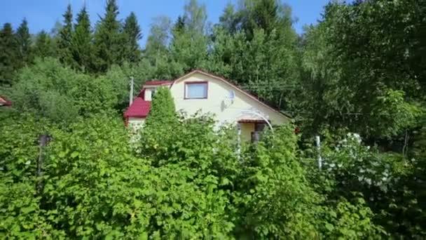 Modern vidéki ház a zöld gyep