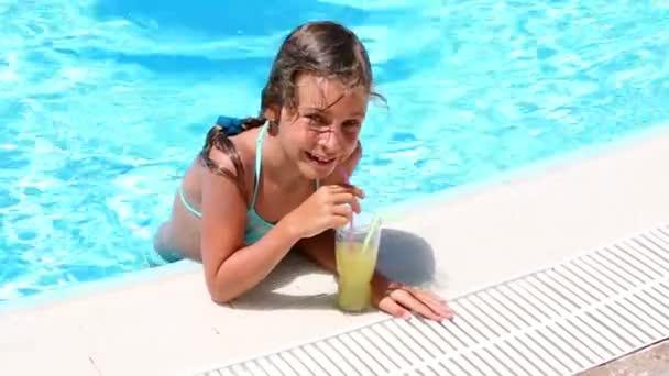 Malá dívka pití koktejl